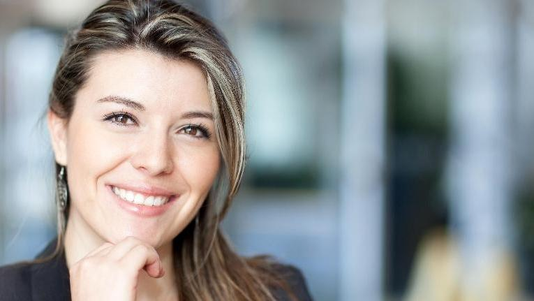 A woman smiles | cosmetic dentist st paul